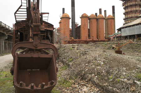Relics keep watch over a once vibrant Steel Mill in Birmingham Alabama Stockfoto