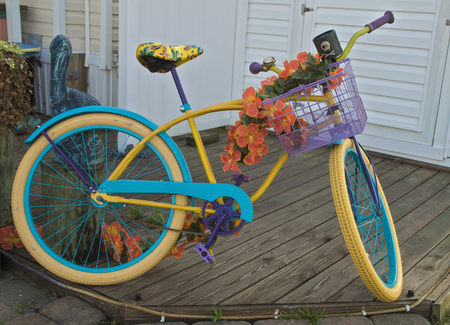 A colorful beach bike rests on the deck of a camper in a campground near Emerals Isle Beach. Stockfoto