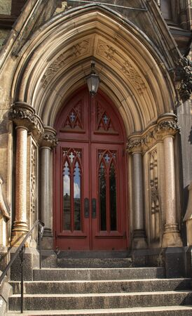 A red door decorates the entrance to a church in Baltimore,Maryland Reklamní fotografie