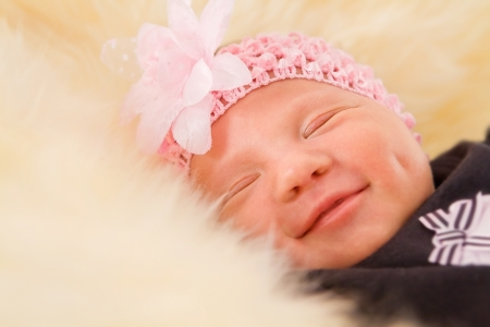 Newborn girl sleeping on fluffy carpet close-up Banque d'images