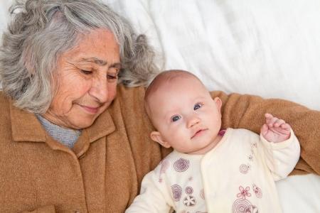 curare teneramente: Grande Nonna e nipote grande coccole sul foglio bianco