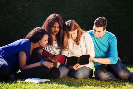 biblia: Grupo de j�venes que estudian juntos la Biblia Foto de archivo
