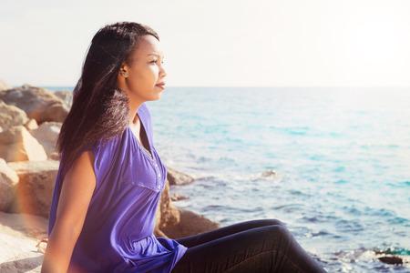 mujer rezando: Señora joven magnífica relajante cerca del agua