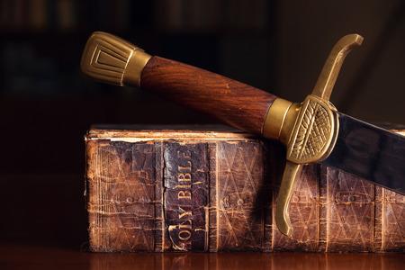 moudrost: 150 let staré bible s mečem Reklamní fotografie