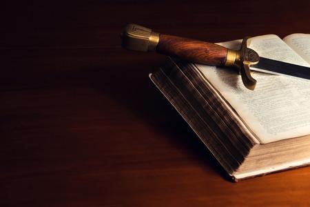 old year: 150 anni vecchia Bibbia con una spada Archivio Fotografico