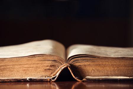 150 jaar oude open Bijbel met copyspace
