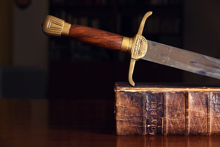 divine: 150 jaar oude Bijbel Met Zwaard Stockfoto