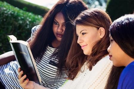 Trzy chrześcijańskich dziewcząt studiujących Biblię jako grupa