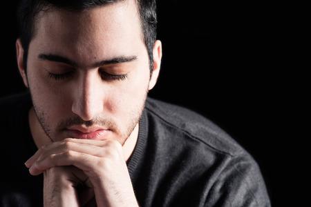 hombre orando: Oración joven Foto de archivo