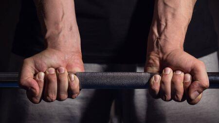 muscle training: Man vorbereitet und hebt die schweren Barbell Lizenzfreie Bilder