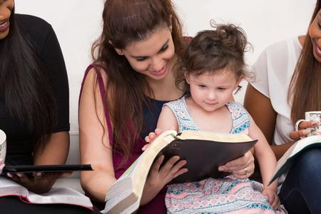 Donne che studiano la Parola di Dio con il Bambino Archivio Fotografico - 88330711