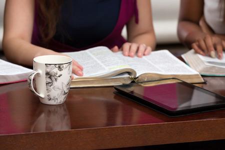友人と神の言葉を勉強してください。