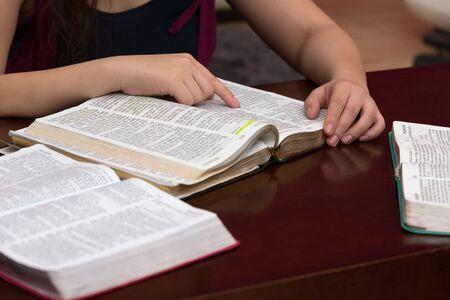 친구와 함께 하나님의 말씀을 공부 함