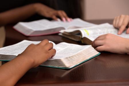 Estudiando la Palabra de Dios con amigos Foto de archivo - 88331899