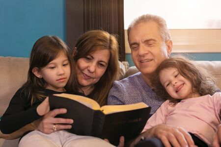 Großeltern unterrichten Enkelkinder über die Bibel