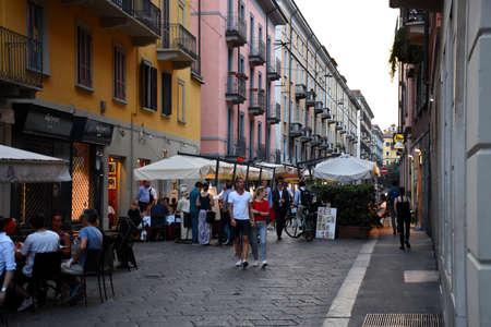 Milan, Italie, 08.04.2019 : Belles, jolies rues romantiques de Brera avec des restaurants italiens traditionnels avec de la bonne nourriture et des vins. Les touristes, les habitants y prennent l'apéritif ou le dîner
