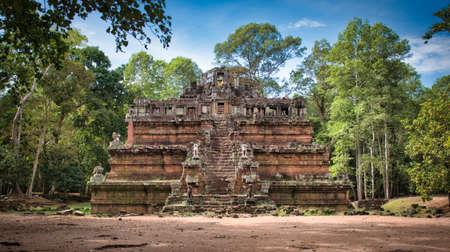 Sitio del templo Phimeanakas entre las antiguas ruinas del complejo de templos hindúes de Angkor Wat en Siem Reap, Camboya. El monumento religioso más grande del mundo.