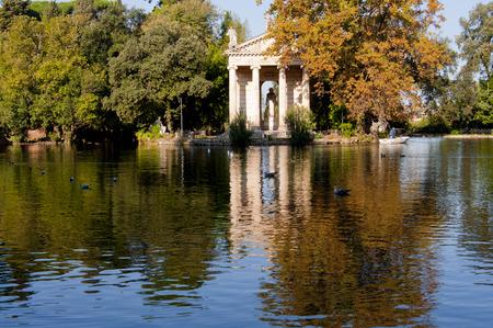 aesculapius: Sul Lago di Villa Borghese a Roma Riflette Tempio di Esculapio Archivio Fotografico