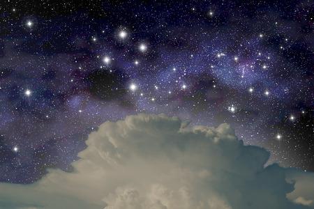 De constellatie van het Zuiderkruis boven een cumulonimbus wolk
