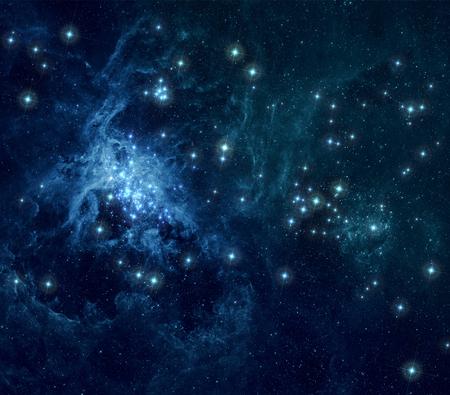 lucero: Fondo azul de espacio profundo con nebulosas y estrellas brillantes. Foto de archivo