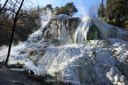 "Thermale bronnen ""Bagni San Filippo"", in de buurt van Amiata-berg in Toscane, Italië"
