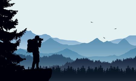 Ilustración realista de un paisaje de montaña con bosque de coníferas y turistas de fotógrafos con mochila, bajo un cielo azul con tres pájaros voladores - vector