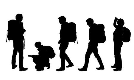 Ensemble de quatre silhouettes réalistes de touristes masculins et féminins avec carte et sac à dos - image vectorielle
