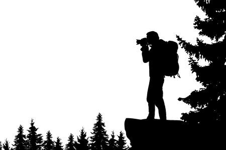 Ilustración realista de la silueta de un hombre con cámara y mochila. Se encuentra en la bahía en las montañas y mira hacia el valle del bosque. Vector