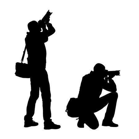Ilustración realista de siluetas de un fotógrafo de hombre de pie y arrodillado con cámara y bolso. Vector aislado sobre fondo blanco
