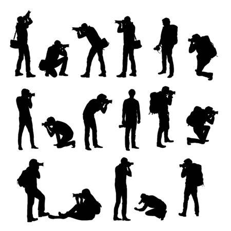 Stellen Sie realistische Silhouetten von männlichen Fotografen mit Kamera in verschiedenen Positionen ein. Sie steht, kniet und sitzt beim Fotografieren mit Tasche und Rucksack. Isoliert auf weißem Hintergrund - Vektor
