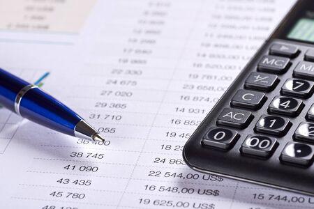 Papier de bureau avec table de nombres. Analyse des prix avec symbole dollar, calculatrice et stylo. Espace pour votre texte. Banque d'images