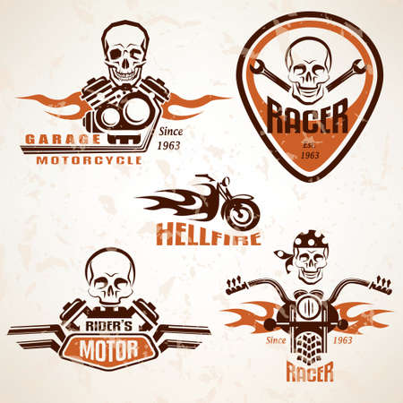 casco de moto: Conjunto de etiquetas de la vendimia de la motocicleta, insignias y elementos de diseño con el cráneo en el estilo grunge
