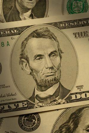 cashflow: Close-up de Abraham Lincoln en el billete de $ 5, dram�ticamente iluminado.  Foto de archivo