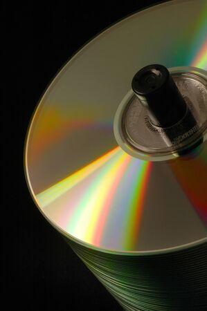ダッチ アングル上の CDDVD ディスクのスタックをクローズ アップ 写真素材