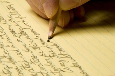 노란색 법적 패드에 깨진 연필 포인트와 필기