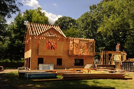 Een woonhuis in aanbouw midden framing en mantels
