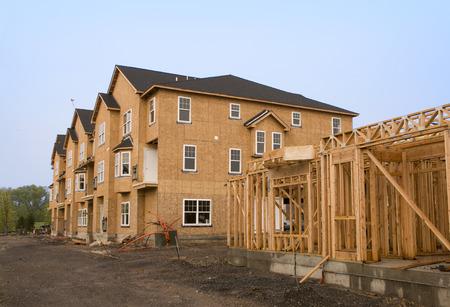 Un complejo de viviendas en construcción en varias etapas de desarrollo Foto de archivo