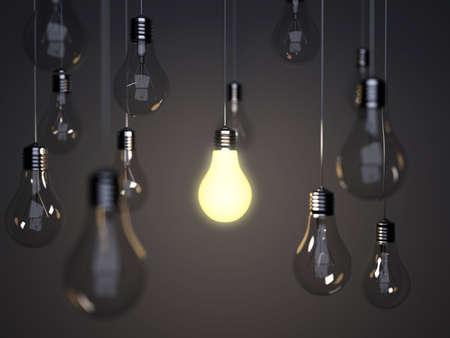 focos de luz: Bombillas de luz con una bombilla de luz brillante en un segundo plano a la pared Foto de archivo