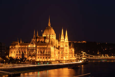 The Hungarian Parliament in Budapest at dusk Standard-Bild