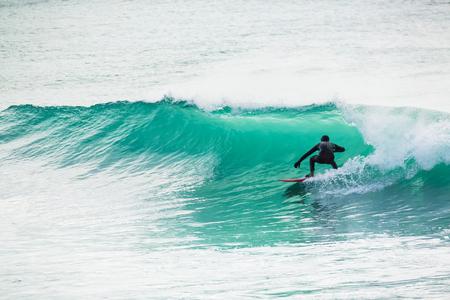 Surf dans un tonneau turquoise dans l'océan Banque d'images - 78597408