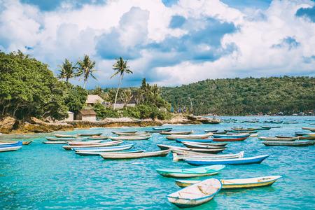 Tropical island in Indonesia, blue ocean and boats. Foto de archivo
