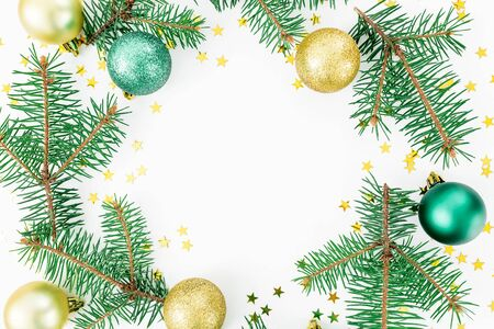 enebro: Round frame of winter trees, glass balls and golden confetti on white background. Christmas winter concept. Flat lay, top view