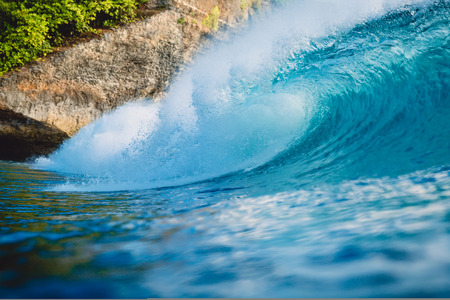 Crashing perfect wave in ocean. Breaking blue barrel wave Banque d'images