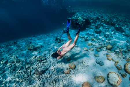 Woman freediver in bikini dive in the tropical ocean Standard-Bild