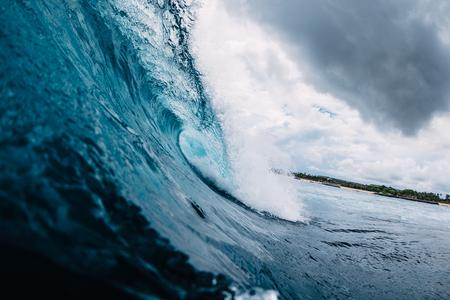 Blue wave in ocean. Breaking wave in tropics Imagens