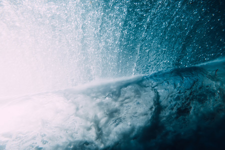 Ola bajo el agua. Océano azul bajo el agua