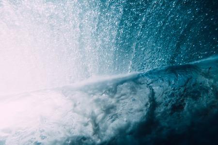 Vague sous l'eau. Océan bleu sous l'eau