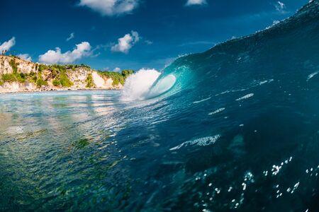 Perfect wave in ocean. Breaking blue wave Banco de Imagens - 124871148