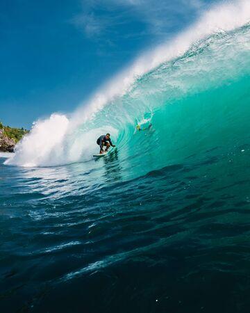 2 de junio de 2019. Bali, Indonesia. Paseo de la persona que practica surf en la onda del barril. Surf profesional en grandes olas. Editorial