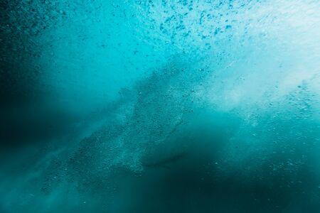 Welle mit Blasen unter Wasser. Transparenter Ozean in Unterwasser